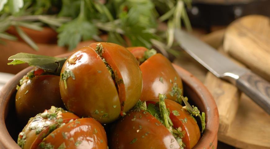 Каждый плод режем на частей, в зависимости от размера помидора.